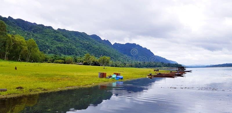 Härligt av landskapsikt Fartyg för lång svans som parkeras eller svävas på vattnet royaltyfri fotografi