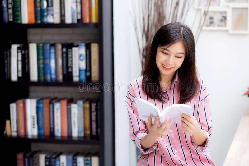 Härligt av ung asiatisk kvinna för stående koppla av sammanträdeläseboken i vardagsrum hemma, flickastudielitteratur arkivbilder
