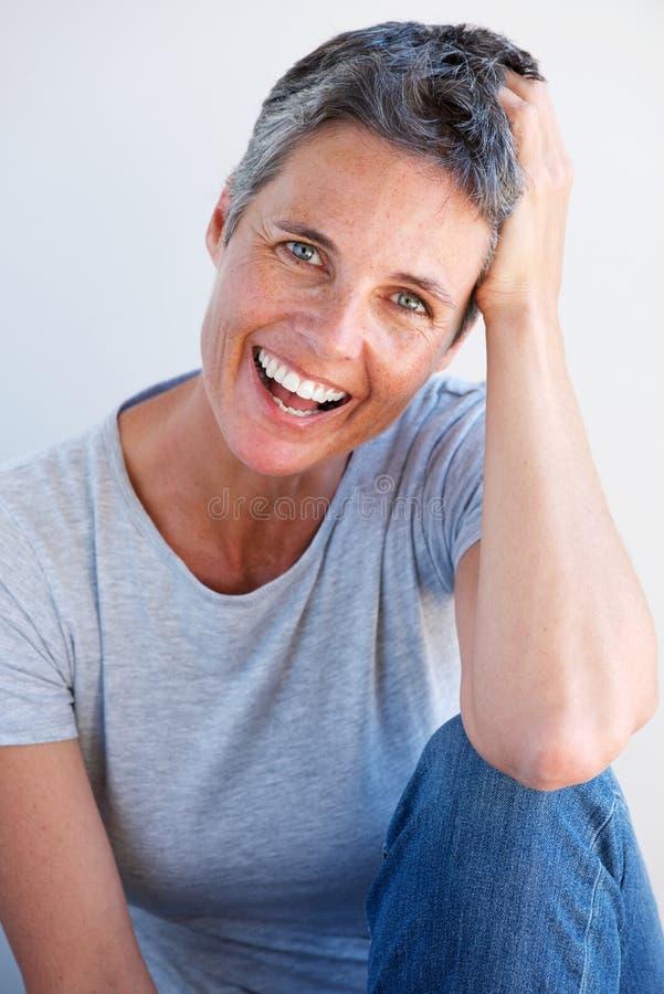 Härligt avkopplat skratta för äldre kvinna royaltyfri fotografi