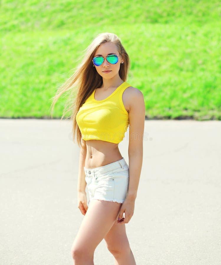 Härligt bära för kvinna solglasögon och t-skjorta arkivfoto