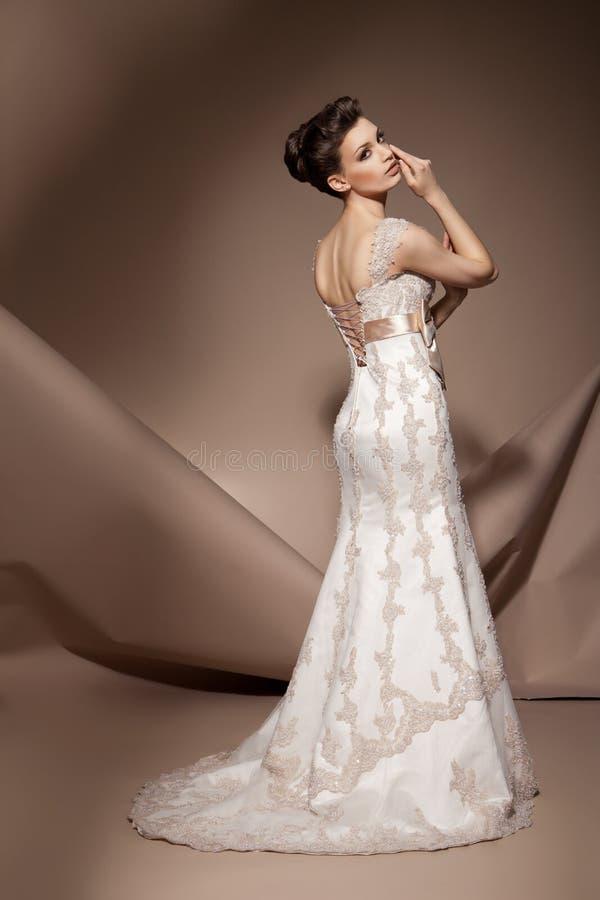 härligt barn för klänningbröllopkvinna royaltyfria foton