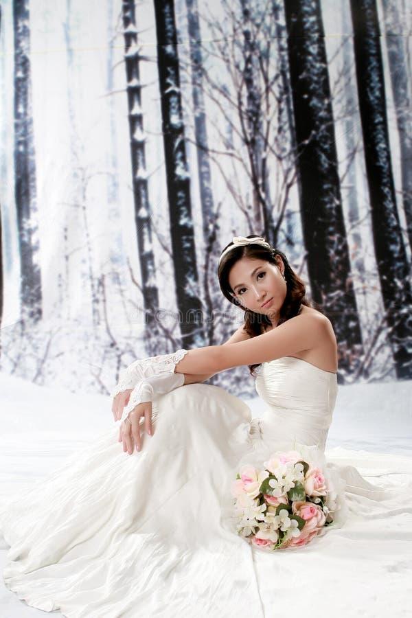 härligt barn för kvinna för klänningståendebröllop royaltyfri fotografi