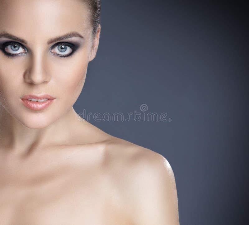 härligt barn för makeupståendekvinna royaltyfria foton
