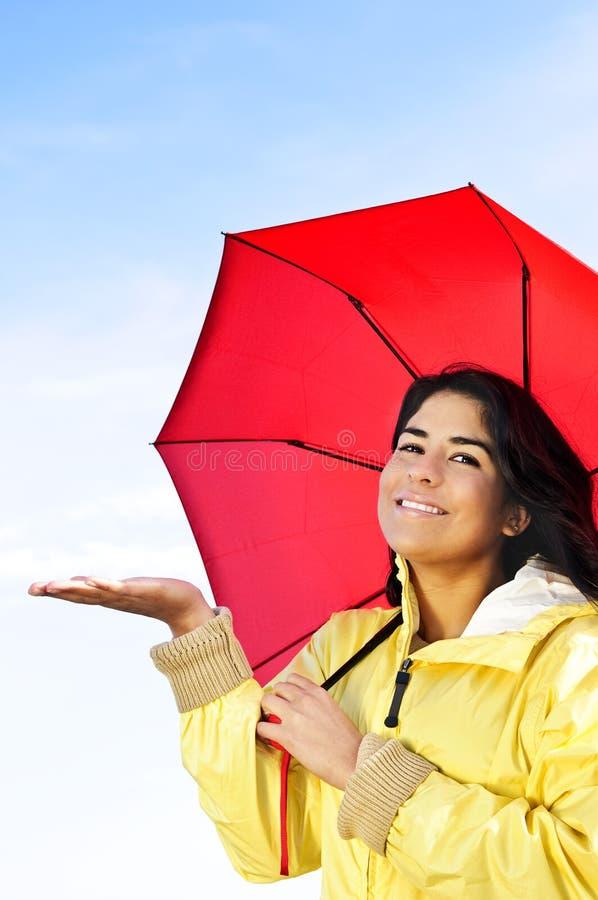 härligt barn för raincoatparaplykvinna royaltyfri bild