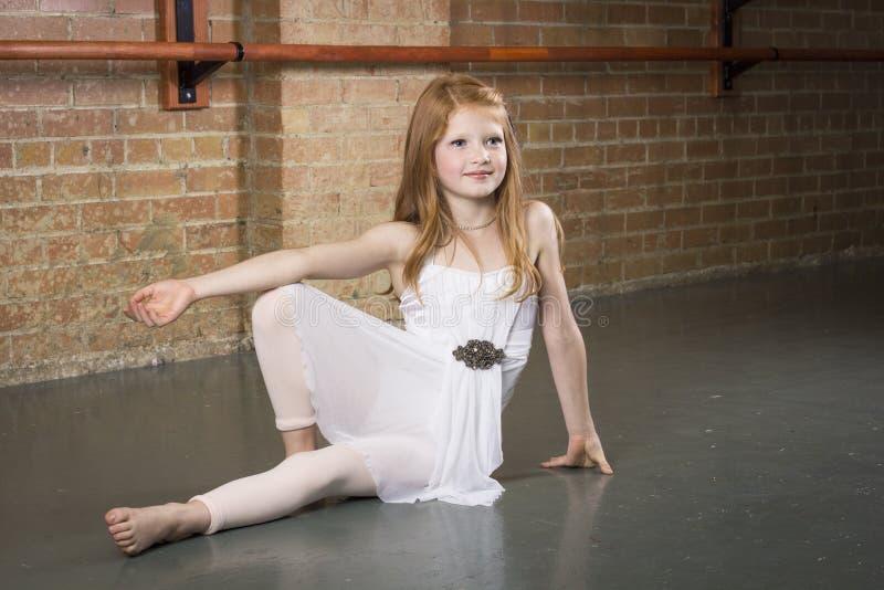 Härligt barn och begåvad dansare som poserar på en dansstudio arkivbild