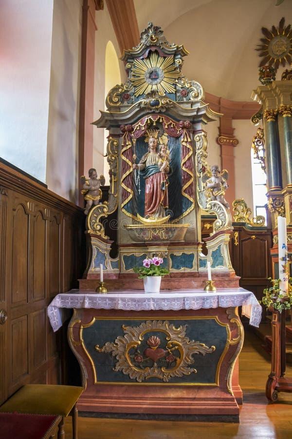 Härligt barockt sidoaltare av Sts Martin kyrka i Hachiville, Luxembourg vid seminariet av Eberhard Hennes från Neuerburg royaltyfria foton