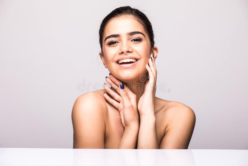 Härligt begrepp för omsorg för hud för skönhet för kvinnaframsidastående Modeskönhetmodell som isoleras på grå färger royaltyfri foto