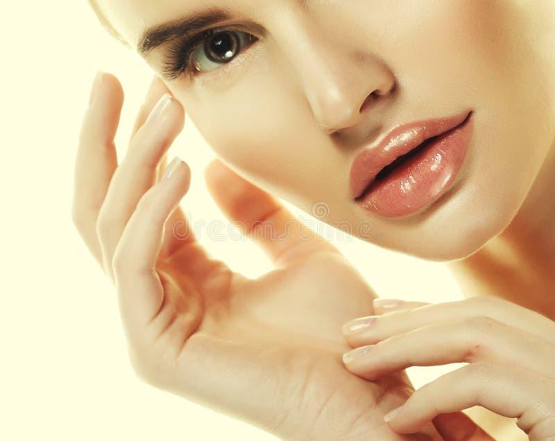 Härligt begrepp för omsorg för hud för skönhet för kvinnaframsidastående royaltyfri foto