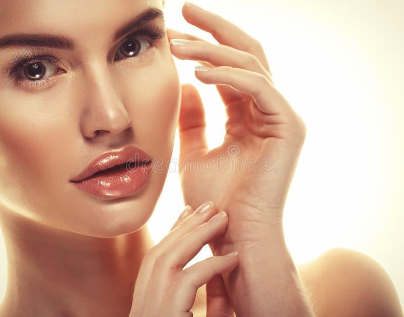 Härligt begrepp för omsorg för hud för skönhet för kvinnaframsidastående royaltyfri bild