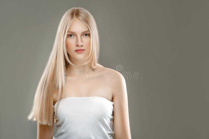 Härligt begrepp för omsorg för hud för skönhet för kvinnaframsidastående med länge arkivbild