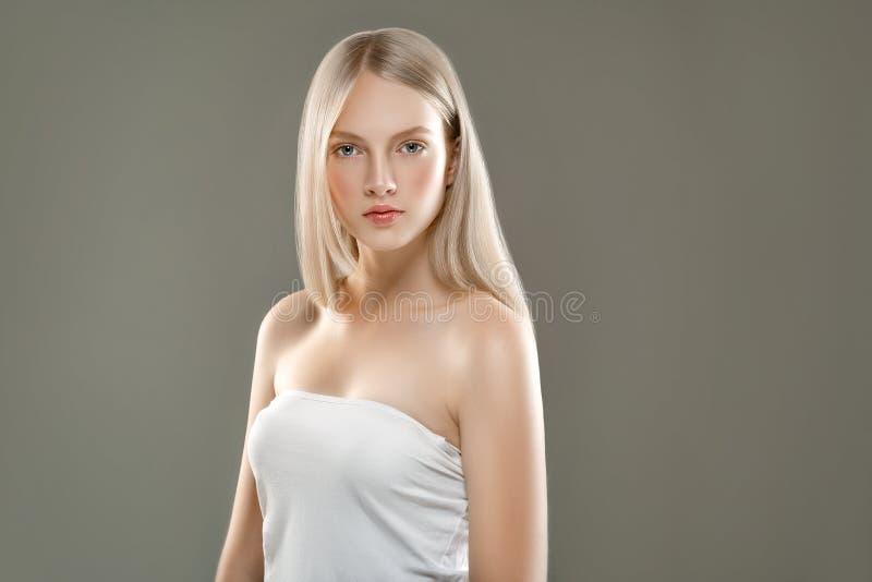 Härligt begrepp för omsorg för hud för skönhet för kvinnaframsidastående med länge royaltyfria foton