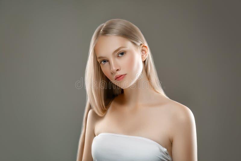 Härligt begrepp för omsorg för hud för skönhet för kvinnaframsidastående med länge royaltyfri fotografi