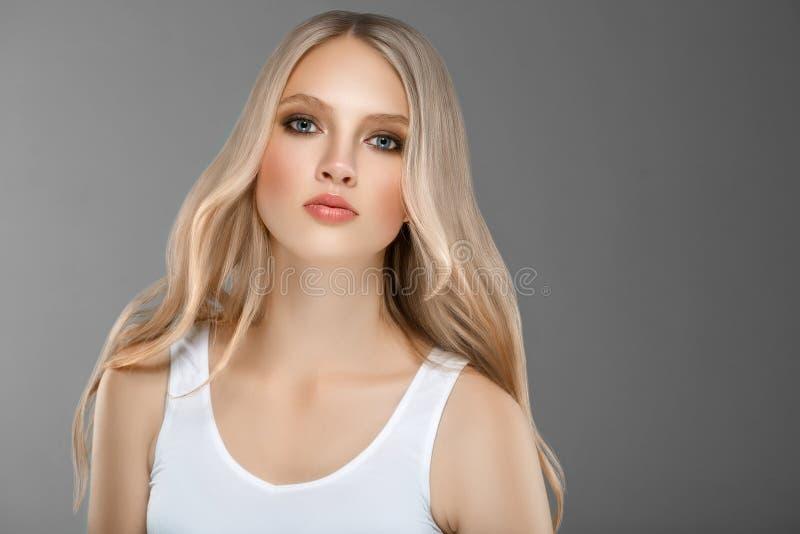 Härligt begrepp för omsorg för hud för skönhet för kvinnaframsidastående med länge arkivbilder