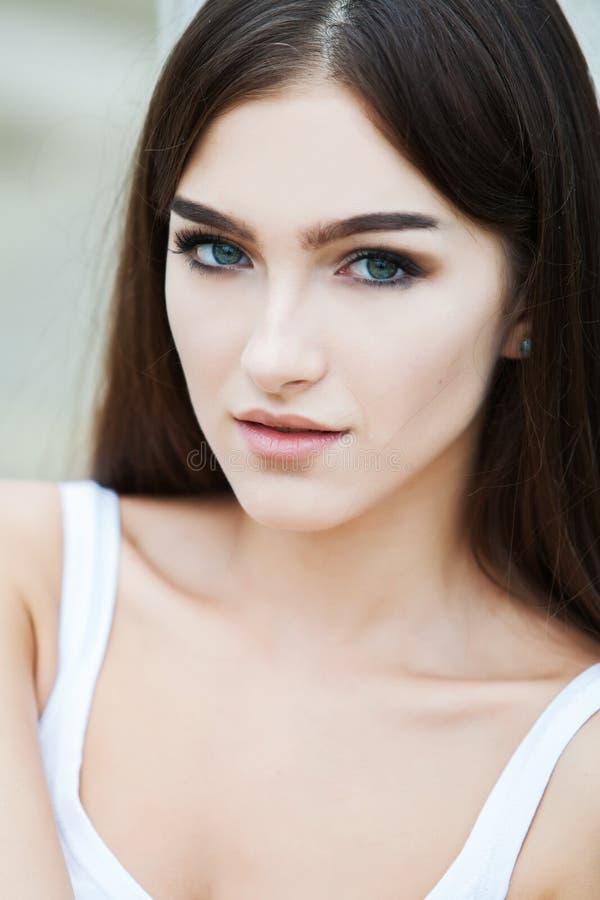 Härligt begrepp för omsorg för hud för skönhet för kvinnaframsidastående Modeskönhetmodell royaltyfri foto