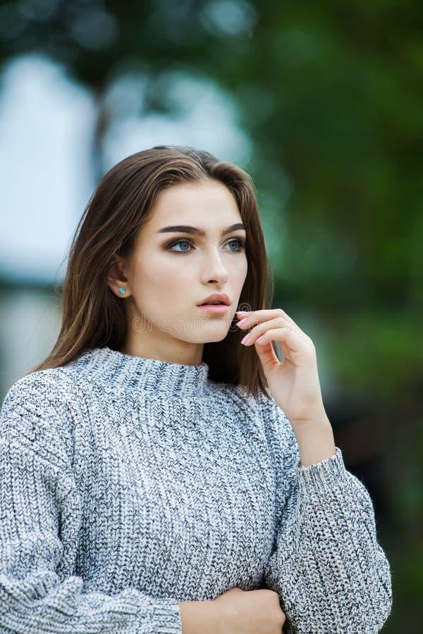 Härligt begrepp för omsorg för hud för skönhet för kvinnaframsidastående Modeskönhetmodell arkivfoto