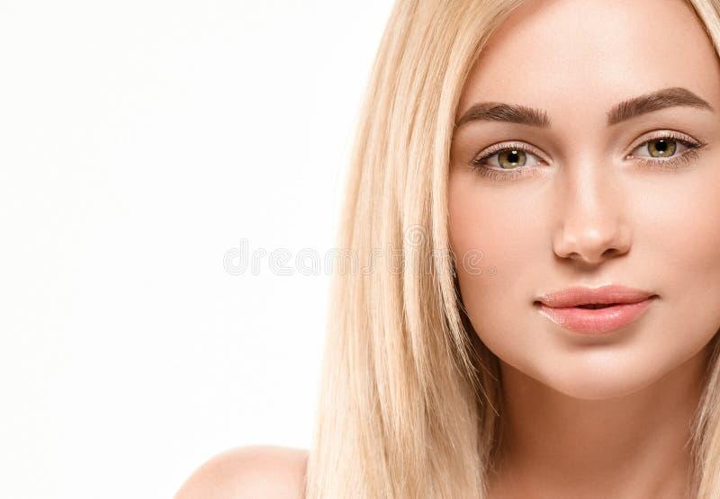 Härligt begrepp för omsorg för hud för skönhet för kvinnaframsidastående Modeskönhetmodell med härligt hår royaltyfri fotografi
