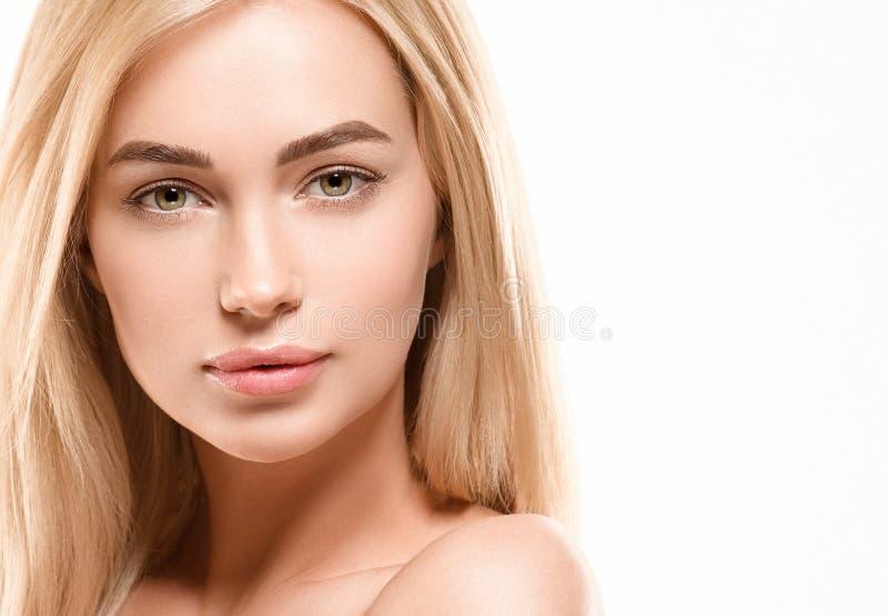 Härligt begrepp för omsorg för hud för skönhet för kvinnaframsidastående Modeskönhetmodell med härligt hår arkivbild