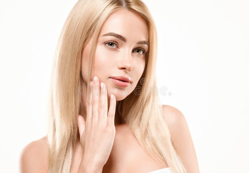 Härligt begrepp för omsorg för hud för skönhet för kvinnaframsidastående Modeskönhetmodell med härligt hår arkivfoto