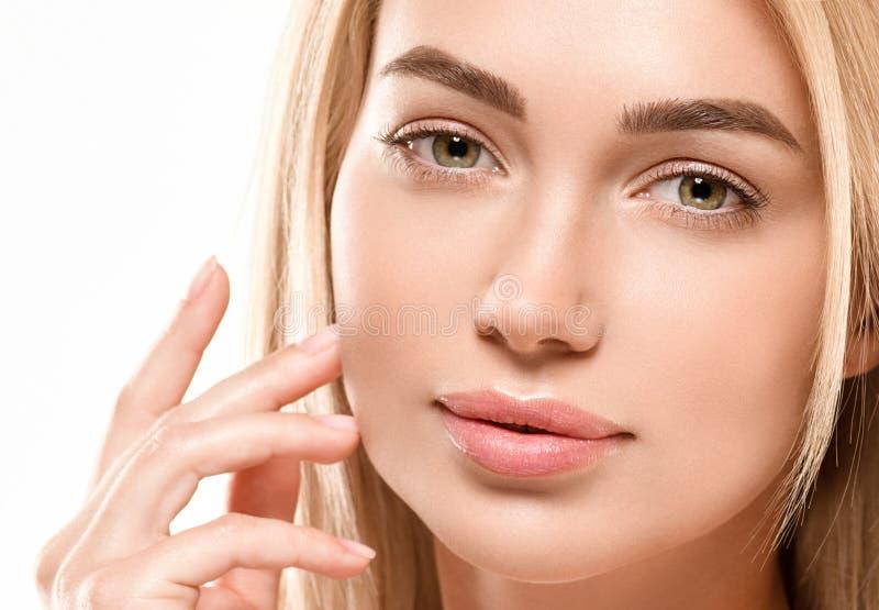 Härligt begrepp för omsorg för hud för skönhet för kvinnaframsidastående Modeskönhetmodell med härligt hår arkivbilder