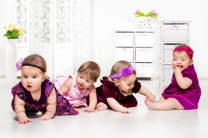 Flickor grupperar i festliga klänningar royaltyfria foton