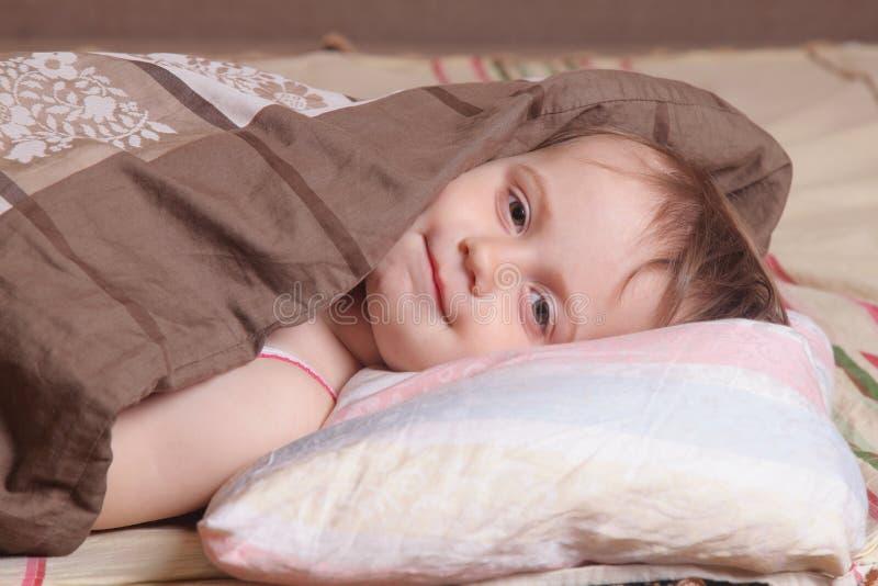 Härligt behandla som ett barn flickan som får klar för säng (closeupen) arkivbilder