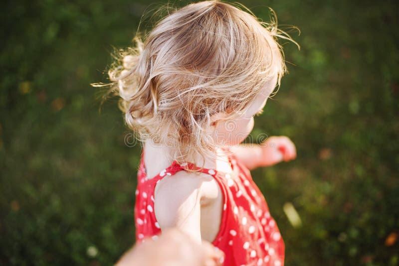 Härligt behandla som ett barn hår barnet rymmer handen av föräldern royaltyfria bilder