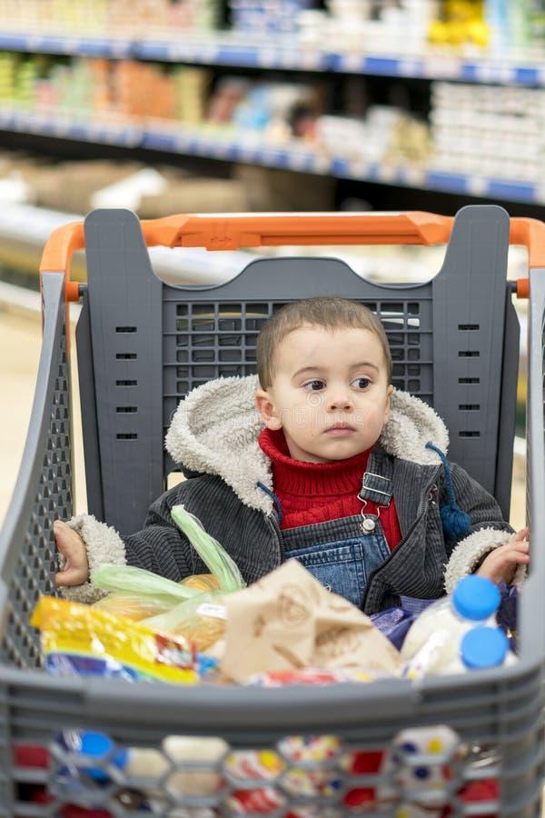 Härligt behandla som ett barn i shoppingvagnen - trolley royaltyfri bild