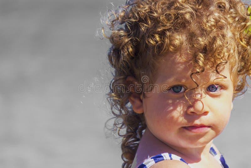 Härligt behandla som ett barn på stranden royaltyfria foton