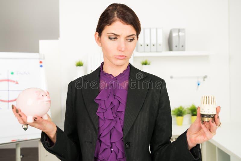 Härligt bekymmer för affärskvinna om uppvärmningräkningar royaltyfri fotografi