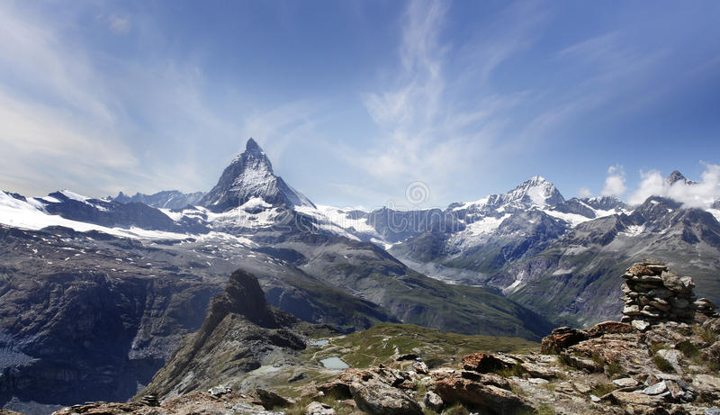 Härligt berg Matterhorn, schweiziska fjällängar royaltyfri fotografi