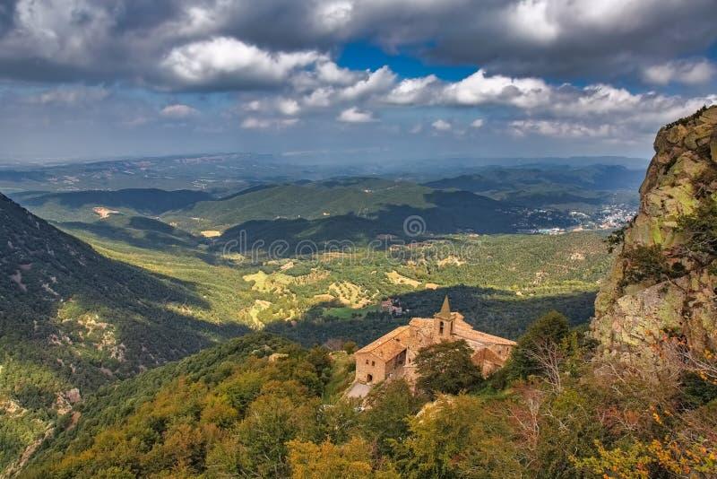 Härligt berg Montseny för en för höstbokträdskog i Spanien, nära Viladrau fotografering för bildbyråer