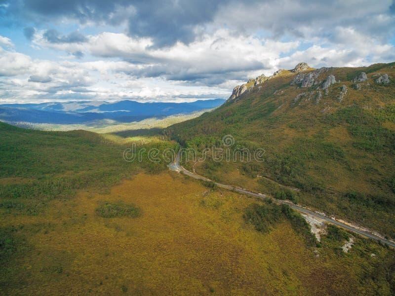 Härligt bergigt flyg- landskap längs Gordon River Road, royaltyfri bild