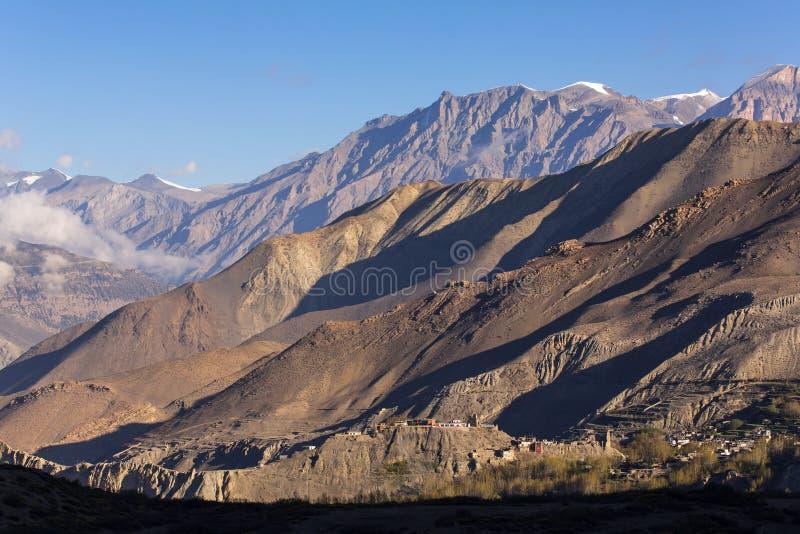 Härligt berglandskap av den Muktinath byn fotografering för bildbyråer