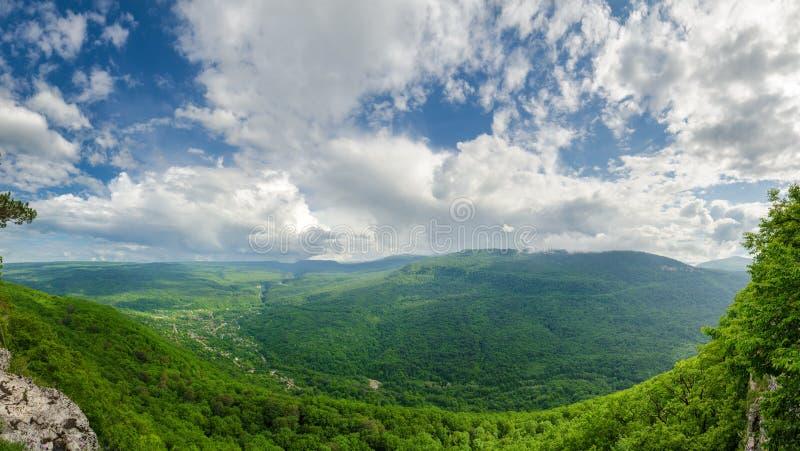 Härligt berglandskap av Kaukasuset Guam klyfta, Mezmay Enorm panorama royaltyfri bild