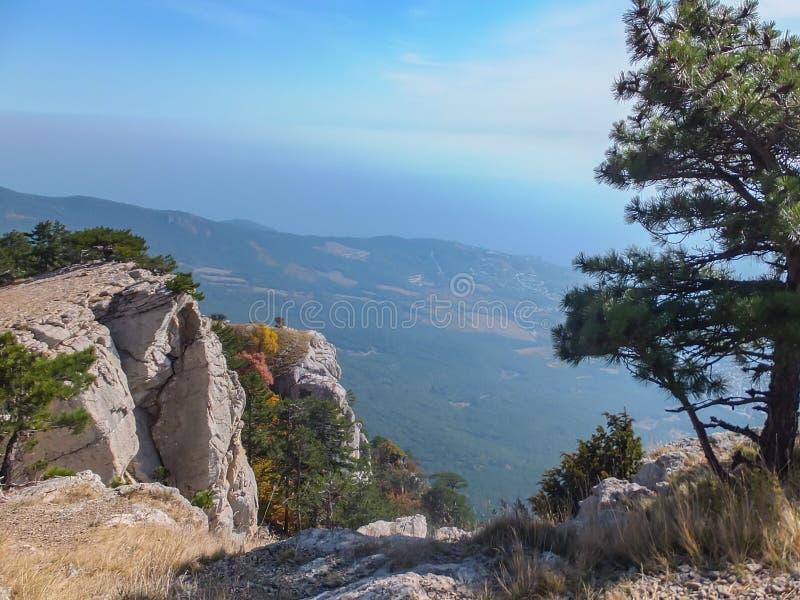 Härligt berglandskap från det Crimean högsta berget Ai-Petri royaltyfri foto