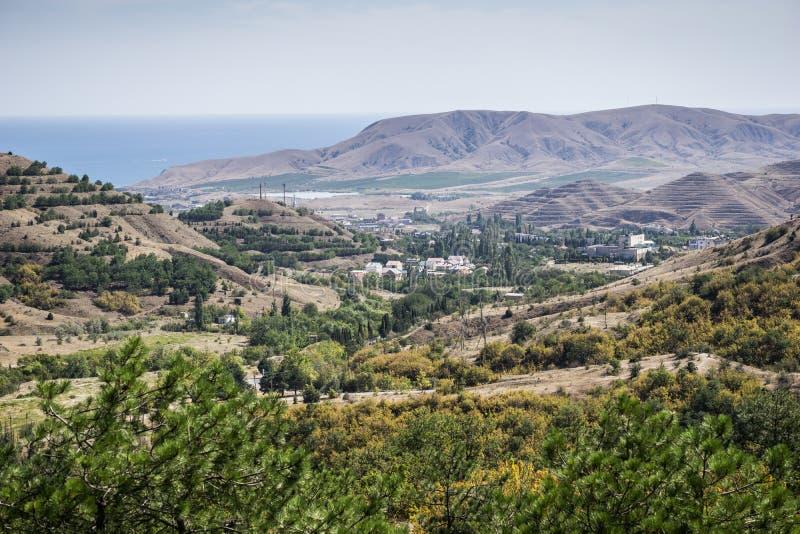 Härligt berglandskap i solig dag royaltyfri fotografi