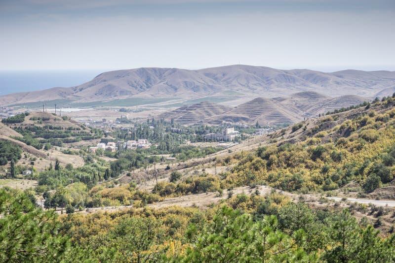 Härligt berglandskap i solig dag arkivbild