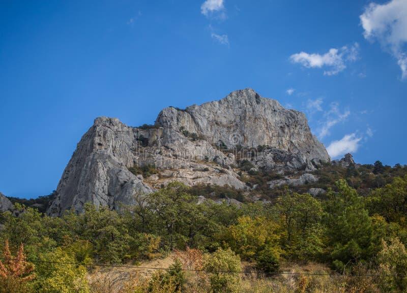 Härligt berglandskap i solig dag arkivfoto
