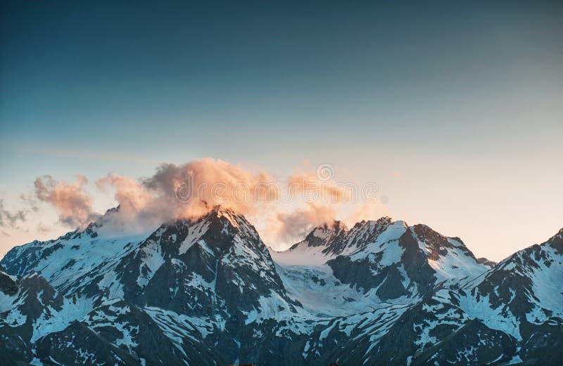 Härligt berglandskap med snö royaltyfri fotografi