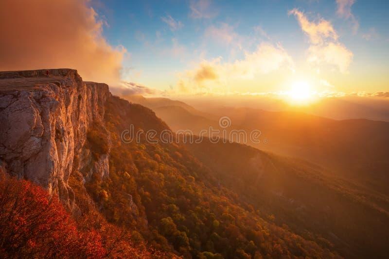 Härligt berglandskap med solnedgånghimmel arkivfoto
