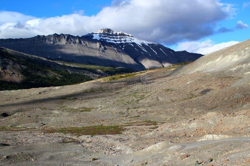 Härligt berglandskap på Athabasca Galcier/Columbia Icefield i Alberta/British Columbia - Kanada royaltyfria bilder