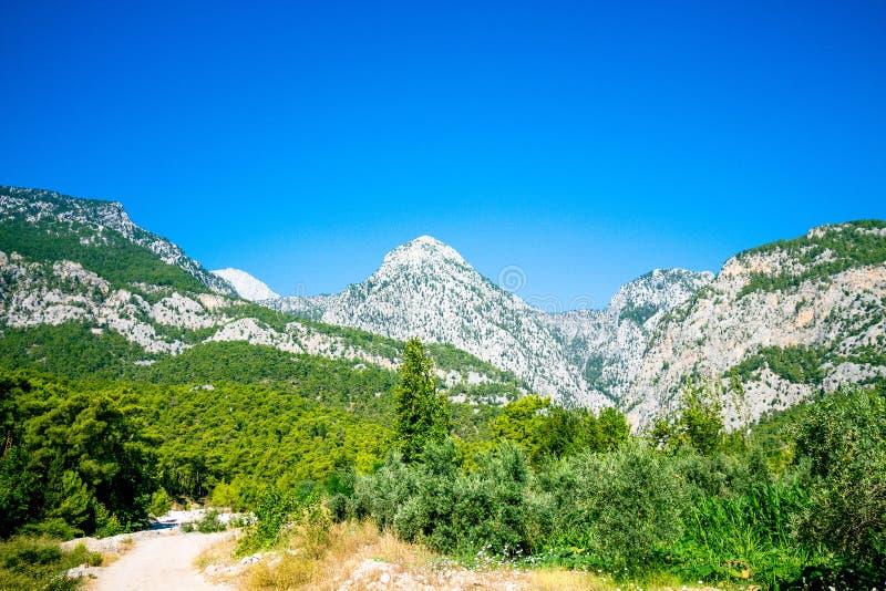 Härligt berglandskap på bakgrunden av en klar himmel royaltyfria foton