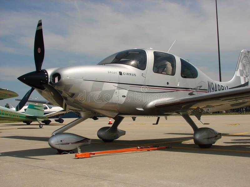 Härligt beställnings- turboladdareflygplan för cirrusmoln SR-22 royaltyfria foton