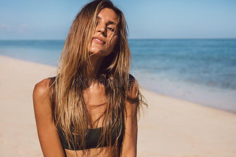 Härligt bikinimodellanseende på stranden royaltyfri bild