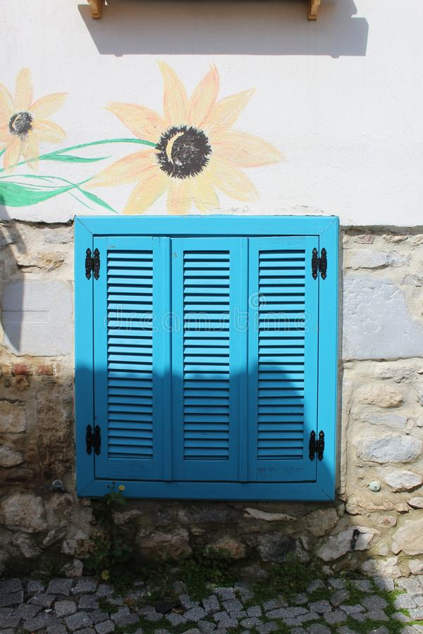 Härligt blått fönster från Sığacık, Ä°zmir, Turkiet royaltyfri fotografi