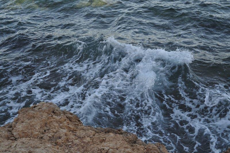 Härligt blått hav, stora stenar, vågor, himmel arkivfoton