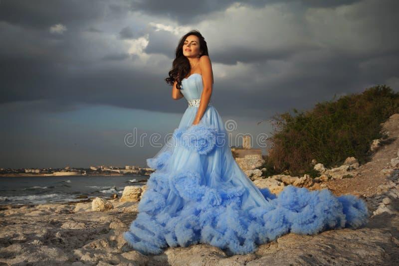 härligt blått klänningkvinnabarn royaltyfri bild