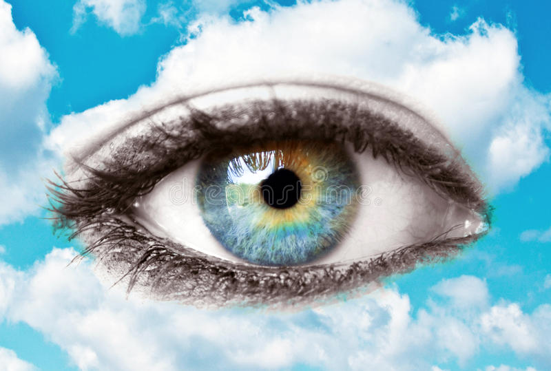 Härligt blått mänskligt öga med ljus himmel - andligt begrepp royaltyfri foto