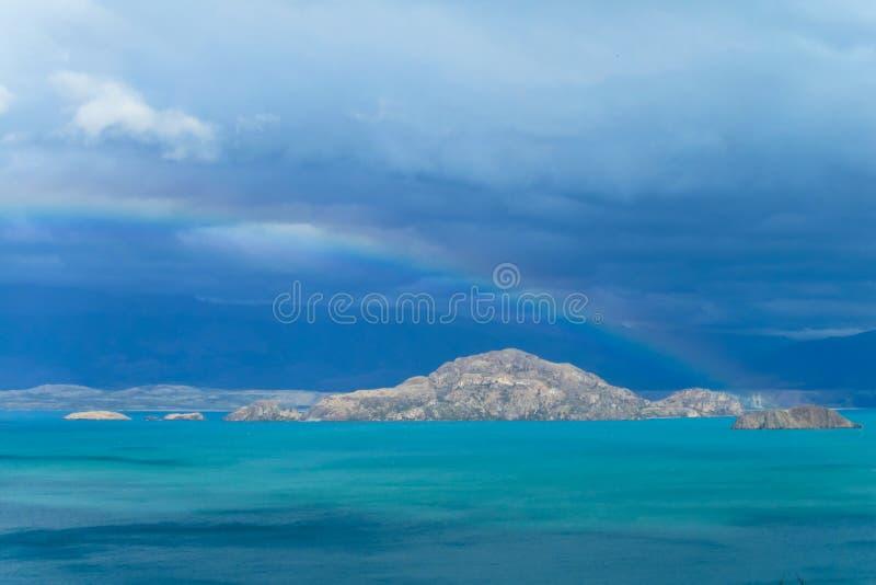 Härligt blått vatten och vaggar sjökusten arkivfoton