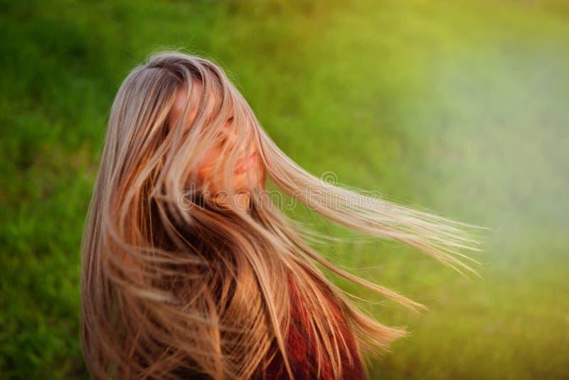 Härligt blont hår av en ung flicka arkivbilder